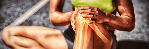 Niska sekcja sportsmenki cierpienie od kolano bólu zdjęcia stock