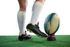 Niska sekcja sportsmenki kopania rugby piłka zdjęcia stock