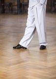 Niska sekcja tancerza spełnianie Przy restauracją Zdjęcie Royalty Free