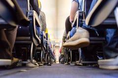 Niski agle widok passenegers handlowa samolotowa nawa z passenegers siedzi na ich siedzeniach podczas gdy latający zdjęcie stock