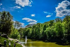 Niski jezioro z ` węża ` fontanną w parku fotografia royalty free