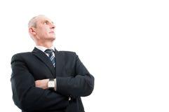 Niski kąt elegancka mężczyzna pozycja z rękami krzyżować Zdjęcia Stock