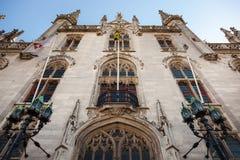 Niski kąt Małomiasteczkowy pałac Gocki urzędu okręgowego pałac i urząd pocztowy w Bruges, Obraz Stock