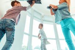 Niski kąt pozytywni szczęśliwi dzieci rzuca poduszki zdjęcia royalty free