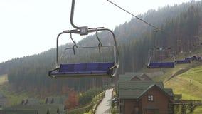 Niski kąt strzelał narciarski dźwignięcie przy ośrodkiem narciarskim Bukovel w górach na pogodnym jesień dniu Niebieskie niebo, s zbiory
