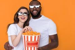 Niski kąt uśmiechnięta międzyrasowa para w białych koszulkach pozuje dla kamery obraz stock