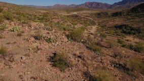 Niski kąta Backwards Powietrzny Flyover Ustanawia strzał Arizona pustynia zdjęcie wideo