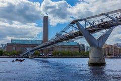 Niski kąt milenium most z widokiem niebieskie niebo i tate modern, Zdjęcia Stock