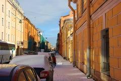 Niski pomarańczowego koloru żółtego budynek na Galernaya ulicie Zdjęcie Royalty Free