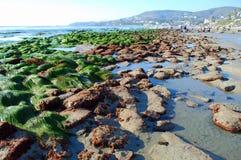 Niski przypływ przy laguna beach przy Cleo ulicą, laguna beach, Kalifornia Zdjęcia Stock
