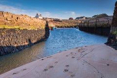 Niski przypływ przy Seaton śluzy schronienia wejściem Zdjęcie Royalty Free