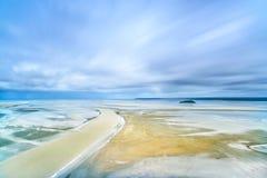 Niski przypływ w Mont saint michel zatoce. Normandy, Francja. obrazy royalty free