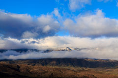 Niski ranek chmurnieje nad wzgórzami na Mogollon obręcza plateau, Arizona obraz stock