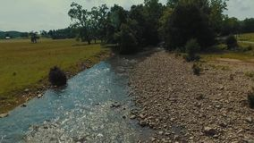 Niski trutnia flyover kraju strumień obok gospodarstwa rolnego w środkowym Virginia zbiory
