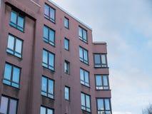 Niski wzrosta budynek mieszkaniowy z Narożnikowym Windows Fotografia Royalty Free