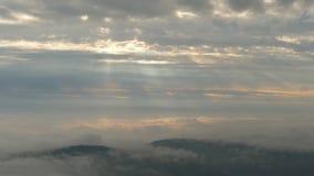 Niskie chmury i promienie od nieba fotografia royalty free