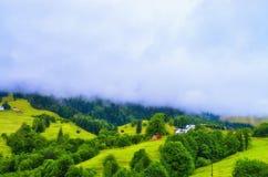 niskie chmury nad wioską w górach zdjęcie royalty free