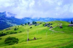 niskie chmury nad wioską w górach zdjęcia stock