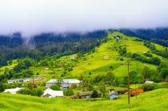 niskie chmury nad wioską w górach obrazy royalty free