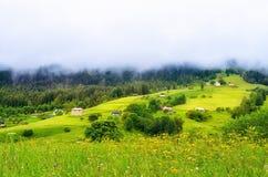 niskie chmury nad wioską w górach zdjęcie stock
