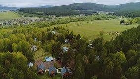 Niskie góry i miasto przy bazą góry ukraine dolina halna dolina