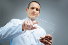 Niskiego kąta strzał dotyka niewidzialnego przyrząd dojrzały naukowiec Zdjęcia Stock