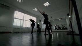 Niskiego kąta strzału baleriny ubierali w czarnym leotards kłębowisku Baleriny robią PIROUTTE zdjęcie wideo