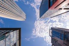 Niskiego kąta widok budynki biurowi zdjęcia stock