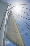 Niskiego kąta widok jachtu maszt przeciw niebu i żagle Obrazy Royalty Free