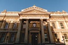 niskiego kąta widok piękny klasyczny budynek z kolumnami fotografia stock