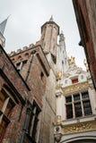 Niskiego kąta widok urzędu miasta wierza Bruges Fotografia Royalty Free