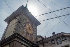 Niskiego kąta widok Zytglogge jest punktu zwrotnego średniowiecznym zegarowym wierza w Bern obrazy stock