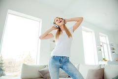 Niskiego kąta widoku fotografii powabnej ślicznej damy nastoletni nastolatek dotyk słuchawki używa użytkownika słucha rozsądnych  zdjęcie stock