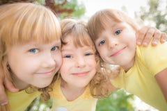 Niskiego kąta widoku portret szczęśliwi dzieci Zdjęcia Royalty Free
