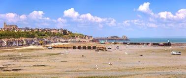 Niskiego przypływu Cancale wioska i połowu port. Brittany, Francja. Fotografia Stock