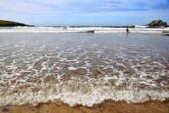 Niskiego przypływu plaża - Atlantyk sunie, Cornwall, UK obrazy stock