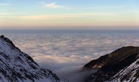 Niskiej wysokości warstwa chmurnieje w Fagarasi, Rumunia Obrazy Stock