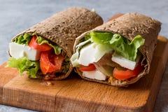 Niskokalorycznej diety opakunek z serem, pomidorami i sałatką, zdjęcia stock