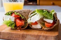 Niskokalorycznej diety opakunek z serem, pomidorami, sałatką i sokiem pomarańczowym, fotografia royalty free