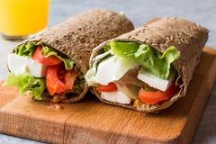 Niskokalorycznej diety opakunek z serem, pomidorami, sałatką i sokiem pomarańczowym, zdjęcia stock