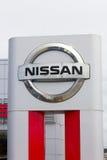 Nissan едет на автомобиле дилерские полномочия и знак автомобиля Стоковое фото RF