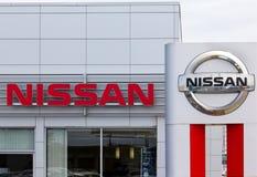 Nissan едет на автомобиле дилерские полномочия и знак автомобиля Стоковое Изображение