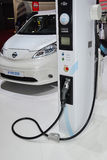 Nissan e-NV200 et station de charge Photos stock