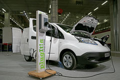 Nissan Electric Van e-nv200 elkraft Van Charging Battery Royaltyfria Bilder