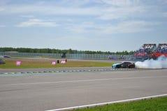 Nissan gtr, Drogowy, tropi, asfaltuje, dzwoni, rasy Sportscar strojeniowe rywalizacje na nastrajających samochodach w dryfie rds Zdjęcia Royalty Free
