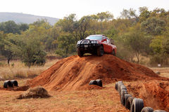 Nissan Hardbody auf Kurs 4x4 Lizenzfreie Stockfotografie