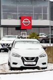 Nissan jedzie firma samochody stoi przed przedstawicielstwo handlowe budynkiem fotografia royalty free