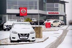 Nissan jedzie firma samochody stoi przed przedstawicielstwo handlowe budynkiem obraz stock