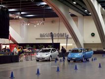 Nissan Leaf Cars parqueó en el dri de la prueba de Nissan Leaf del coche eléctrico Foto de archivo libre de regalías