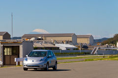 Nissan Leaf con el monte Fuji Fotos de archivo